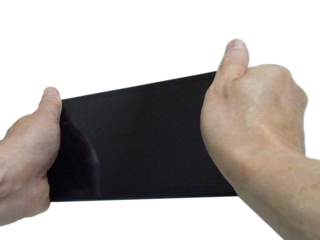 Nexus 7 の両端を両手で持つ